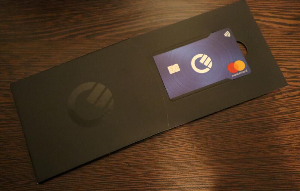 Cardul Curve vine într-un plic care seamănă cu cel de la Revolut