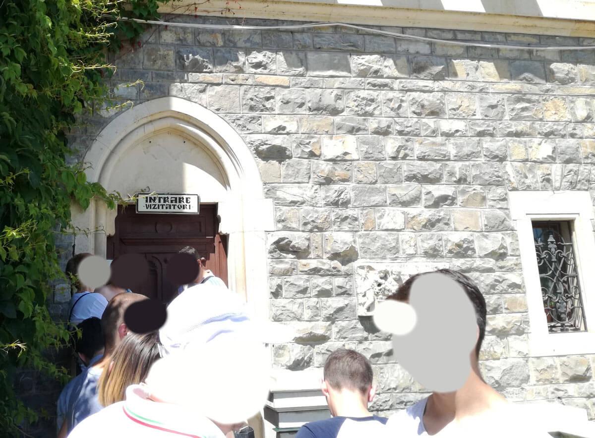 Intrarea Castelului Peleș pentru români
