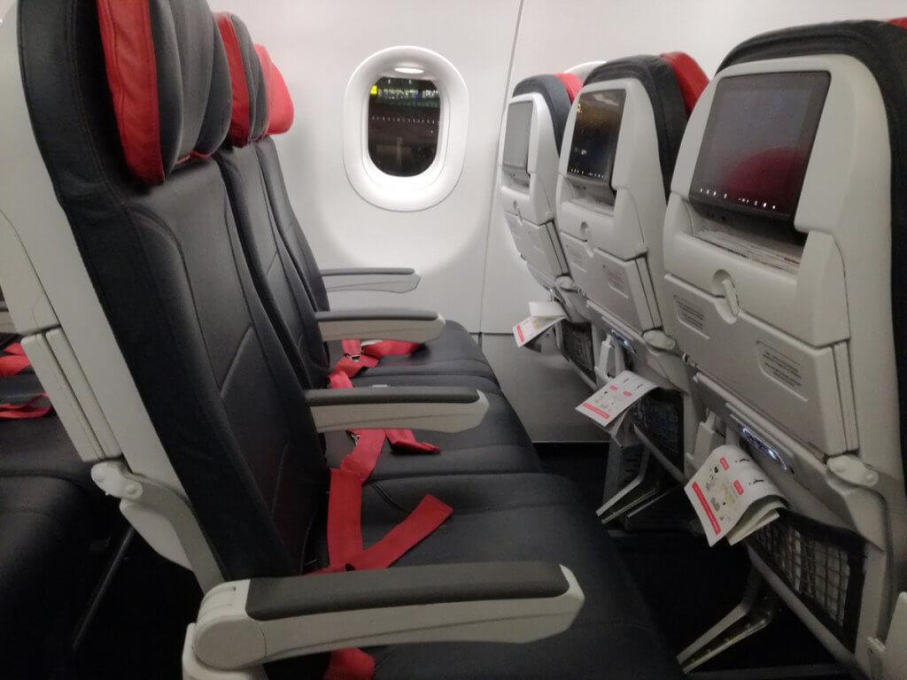 Interiorul unui avion Turkish Airlines A321 - dotat cu sistem de divertisment, încărcare USB