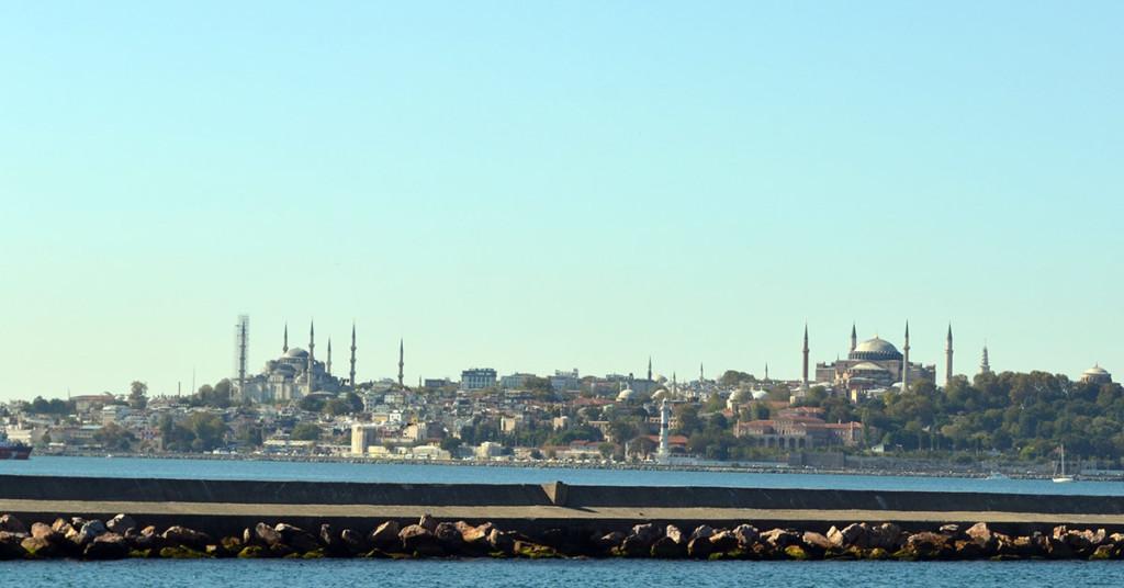 Vedere dinspre partea asiatica a Istanbulului spre moscheea Sultan Ahmet (Moscheea Albastra) si Hagia Sophia